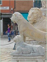 Les deux lions de Délos avec le lion de la voie Lepsina devant le campo de l'Arsenal de Venise