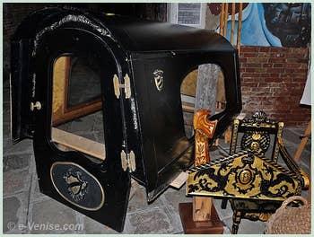 Un Felze de gondole ainsi qu'une forcola dorée à l'or fin et les éléments décoratifs des gondoles de parade
