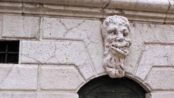 Le Mascaron de la porte d'entrée du Campanile de Santa Maria Formosa, dans le Sestier du Castello à Venise.