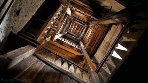 La cage d'escalier, toute en bois, pour monter en haut du Campanile de Santa Maria Formosa, dans le sestier du Castello à Venise.