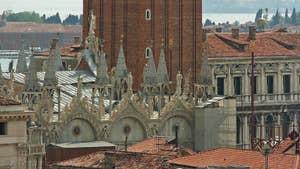 La vue depuis le Campanile de Santa Maria Formosa, dans le sestier du Castello à Venise, ici les toits de la Basilique Saint-Marc et le Campanile de Saint-Marc.