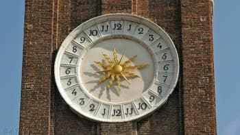 Le cadran du Campanile de l'église dei Santi Apostoli, dans le Sestier du Cannaregio à Venise.