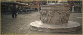 Le puits du XVIe siècle, aux armes de la famille Corner, du Campo San Giovanni e Paolo, dans le Sestier du Castello à Venise