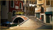 Le pont de la Chiesa sur le rio San Cassan, frontière entre les sestieri de San Polo et de Santa Croce à Venise.