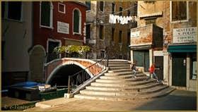 Le pont de la Chiesa sur le rio San Cassan, frontière entre les sestieri de San Polo et de Santa Croce à Venise