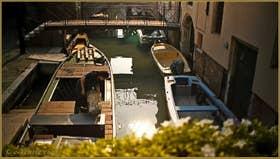 Le bateau du marchand de fleurs voisin, sur le rio de San Cassan, dans le Sestier de Santa Croce à Venise.