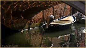 Reflets sous le pont del Cristo, sur le rio della Pergola, dans le Sestier de Santa Croce à Venise