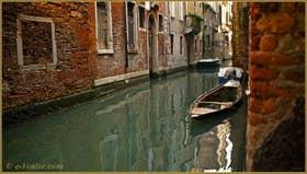 Reflets sur le rio delle Due Torri, dans le Sestier de Santa Croce à Venise