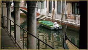 Le rio de San Felice vu depuis le Sotoportego del Tagiapiera, au fond, le pont Ubaldo Belli, dans le Sestier du Cannaregio à Venise