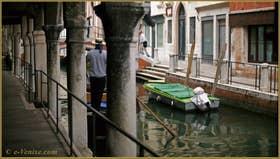 Gondole sur le rio de San Felice vu depuis le Sotoportego del Tagiapiera, dans le Sestier du Cannaregio à Venise.