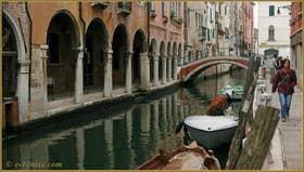 Le rio de San Felice avec à droite la Fondamenta San Felice et sur la gauche, le Sotoportego del Tagiapiera, dans le Sestier du Cannaregio à Venise