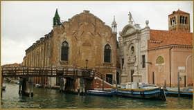 La Scuola Vecchia della Misericordia et l'église Santa Maria Valverde, le long du rio de la Sensa, dans le Sestier du Cannaregio à Venise