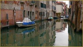 Reflets sur le rio de l'Acqua Dolce, dans le Sestier du Cannaregio à Venise