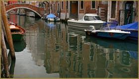 Le bateau de Superman sur le rio de Santa Caterina, au fond, le pont dei Gesuiti, dans le Sestier du Cannaregio à Venise.