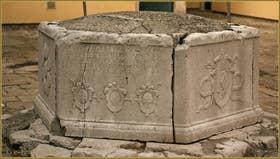 Le puits en pierre d'Istrie de la Corte San Marco, datant de 1599, dans le Sestier du Dorsoduro à Venise