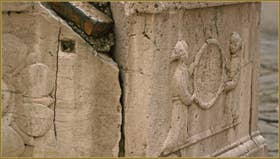 Détail du puits de la Corte San Marco, représentant deux membres de la Scuola San Marco agenouillés et tenant ce qui était un lion de Saint-Marc, probablement abrasé selon les ordres de Napoléon Bonaparte, dans le Sestier du Dorsoduro à Venise