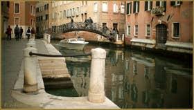 Le pont de Ca' Rizzi, sur le rio de Santa Maria Maggiore - Procuratie, frontière entre les sestieri de Santa Croce, à gauche et du Dorsoduro à Venise