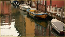 Reflets sur le rio del Tentor o de la Madonna, dans le Sestier du Dorsoduro à Venise