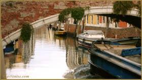 Reflets sur le rio dei Carmini, sous le pont del Soccorso, dans le Sestier du Dorsoduro à Venise