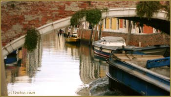 Reflets sur le rio dei Carmini, sous le pont del Soccorso, dans le Sestier du Dorsoduro à Venise.