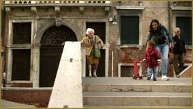 Générations vénitiennes sur le pont dei Foscarini, dans le Sestier du Dorsoduro à Venise