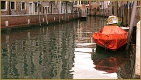 Reflets sur le rio de Santa Margarita, dans le Sestier du Dorsoduro à Venise