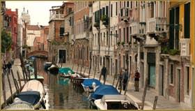A droite, la Fondamenta del Squero, le long du rio de San Barnaba, dans le Sestier du Dorsoduro à Venise