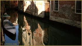 Reflets sur le rio de la Panada, dans le Sestier du Cannaregio à Venise