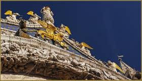 Détail de la façade, baignée de soleil, de la Basilique Saint-Marc, dans le Sestier de San Marco à Venise