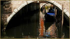 Gondoles sur le rio de le Procuratie, sous le pont del Cavaletto, dans le Sestier de Saint-Marc à Venise