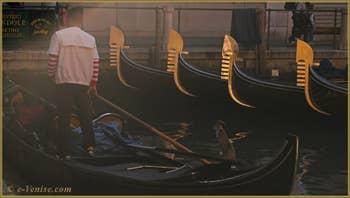 Gondoles sur le Bacino Orseolo, dans le Sestier de Saint-Marc à Venise.