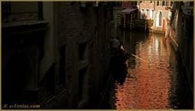 Gondole sur le rio dei Scoacamini, dans le Sestier de Saint-Marc à Venise