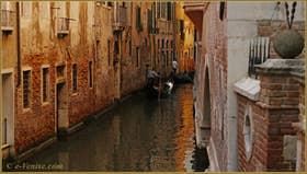 Gondoles sur le rio de San Salvador, dans le Sestier de Saint-Marc à Venise