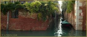 Le petit rio de la Racheta, tout gonflé d'eau, dans le Sestier du Cannaregio à Venise.