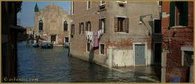 Au fond, la Scuola Vecchia de la Misericordia et, à droite, les pieds dans l'eau, la Corte del Lovo, dans le Sestier du Cannaregio à Venise