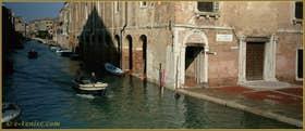 Le rio de la Sensa, prêt à envahir le Campo de l'Abazia, dans le Sestier du Cannaregio à Venise
