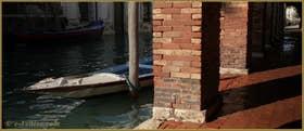 Le long du rio de la Sensa, sous le Sotoportego de l'Abazia, dans le Sestier du Cannaregio à Venise