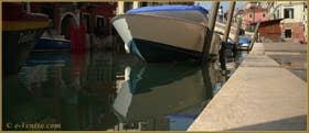 Jolis reflets sur le rio de la Sensa, le long de la Fondamenta dei Mori, dans le Sestier du Cannaregio à Venise.