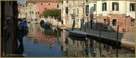 Reflets sur le rio de la Sensa, le long de la Fondamenta dei Mori, au fond, le pont Brazzo, dans le Sestier du Cannaregio à Venise