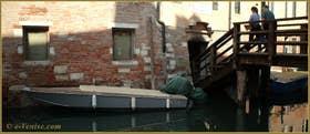 Reflets sur le rio del Ghetto, à droite, le pont del Gheto, dans le Sestier du Cannaregio à Venise.