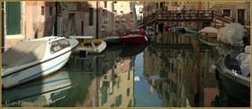 Reflets sur le rio del Ghetto, au fond, le pont del Gheto, dans le Sestier du Cannaregio à Venise