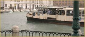 Vaporetto sur le Grand Canal, face à la Fondamenta Santa Chiara, dans le Sestier de Santa Croce à Venise.
