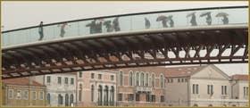 Le pont della Costituzione Calatrava, sur le Grand Canal, dans le Sestier de Santa Croce à Venise.