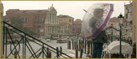 Sur le pont de la Croce, au fond, l'église Santa Maria di Nazareth ou dei Scalzi à Venise