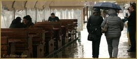 Petits bavardages entre amis sous la pluie, Fondamenta San Simeon Picolo, dans le Sestier de Santa Croce à Venise