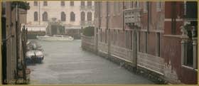 Forte pluie sur le rio Marin, au fond, le Grand Canal, dans le Sestier de Santa Croce à Venise