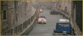La pluie sur le rio Marin, au fond, le pont Cappello o dei Garzoti, dans le Sestier de Santa Croce à Venise.
