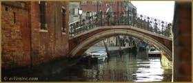 Reflets sous le pont San Barnaba, sur le rio du même nom, dans le Sestier du Dorsoduro à Venise