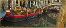 La péniche du marchand de légumes sur le rio de San Barnaba et devant le pont dei Pugni, dans le Sestier du Dorsoduro à Venise.