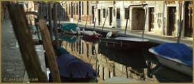 Reflets sur le rio de San Barnaba, au fond, le pont de le Pazienze, dans le Sestier du Dorsoduro à Venise
